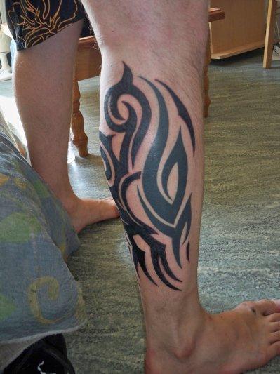 Tatouage tribal mollet