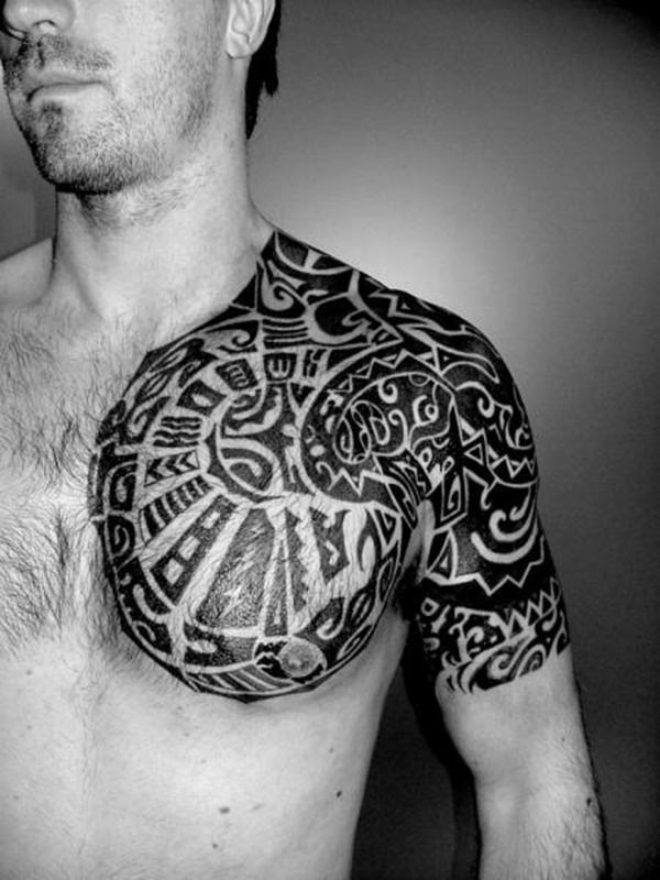 Tatouage tribal pectoraux