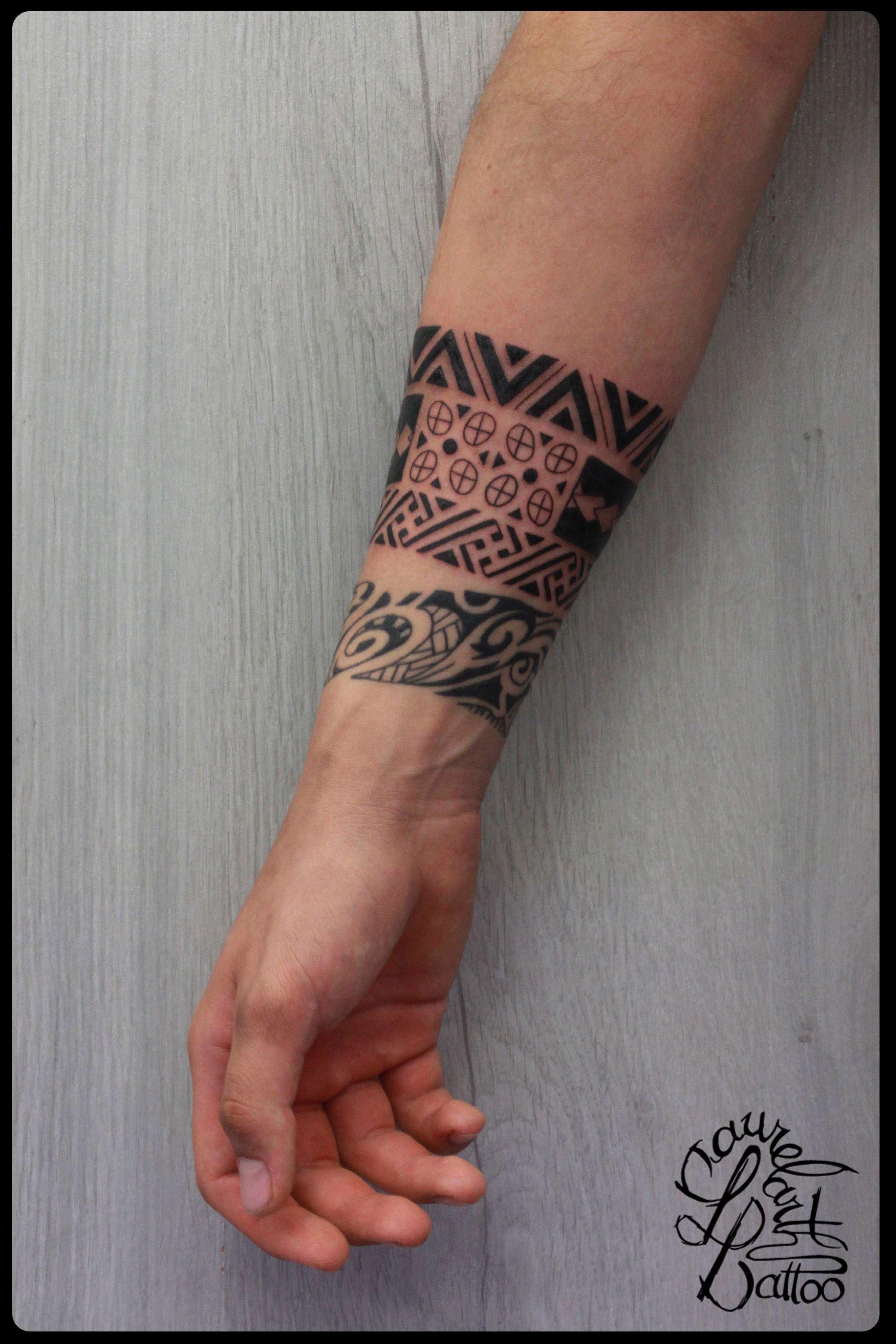 Petit tatouage main homme